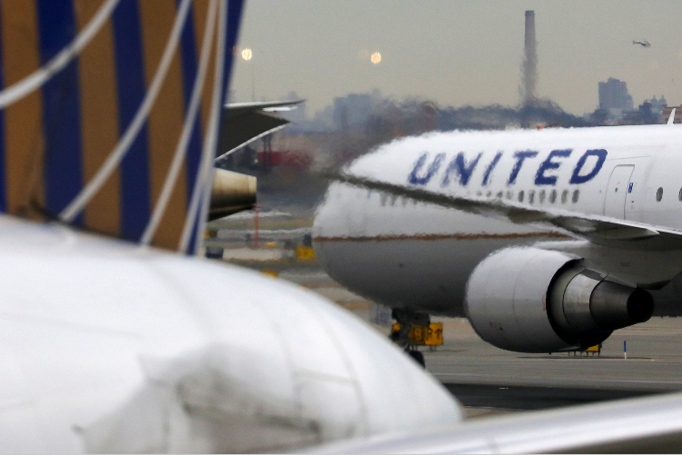 [VIRAL] United Airlines Staff Touches Private Parts of NFL Player Saying She Was 'Drunk'