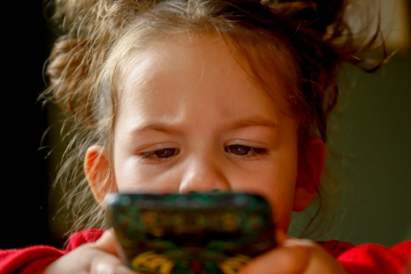 children using adult apps long screentime