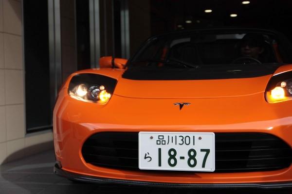 시나가와 번호판을 자랑하는 Tesla Roadster Sport 모델.