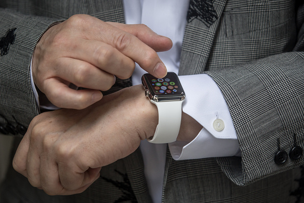 You can Now Use Apple Watch Without Touching Its Screen! Here's How Its New Gesture-Band Works