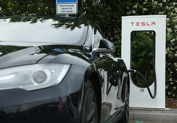 Elon Musk Blames Tesla Drivers For Windows Suffocation Incidents and Suggests To Use Manual Override