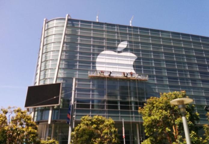 Apple Breaks Record as 1st Public US Company to Hit $2.5 Trillion in Market Capitalization